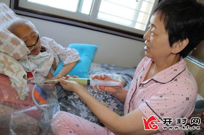 59岁的市民赵洁25年来始终如一照顾患病的养母你陪我长大 我陪你到老