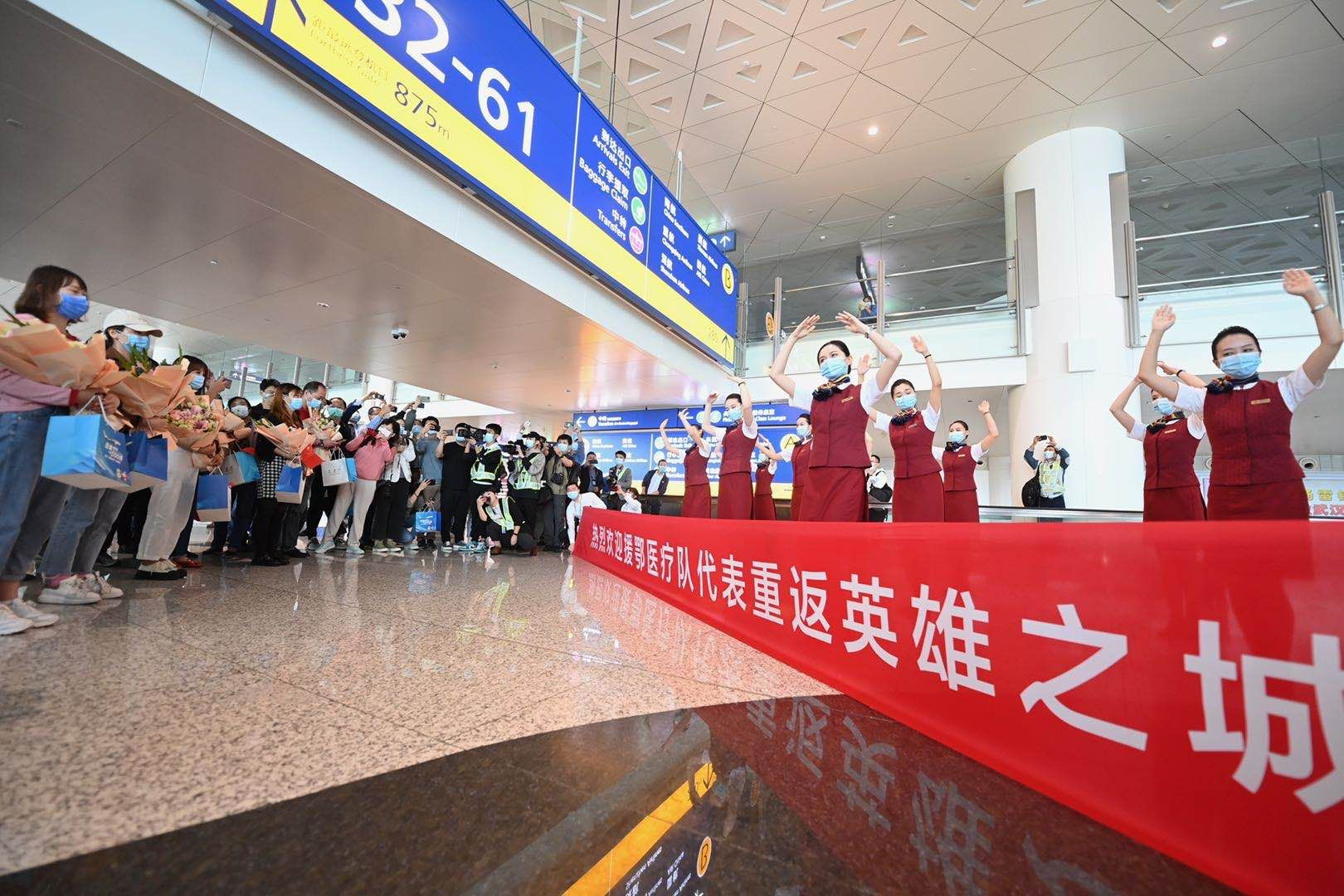 """抗疫英雄代表乘坐""""冬奥冰雪号""""航班重返武汉。新京报记者 陶冉 摄"""