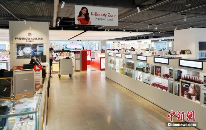 9月1日,韩国首尔江南区的一家免税店客流稀少。自8月以来,韩国确诊病例激增,韩国政府升级了首都圈防疫管控。 中新社记者 曾鼐 摄