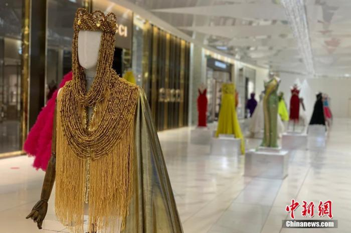 当地时间7月22日,南非约翰内斯堡桑顿中心,以往备受瞩目的非洲时尚展今年只得通过在大厅陈列的方式对外展出。 中新社记者 王曦 摄