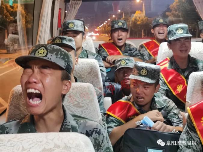 解放军入伍新兵动情合唱军歌,泪别父母家人 图自《阜阳城市周报》