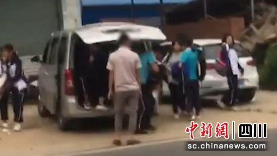 大安:七座面包车搭乘十余名学生 司机被立案查处