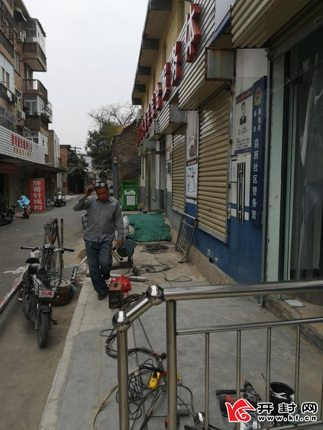 新华街道自西社区积极安装无障碍设施助力巩卫工作
