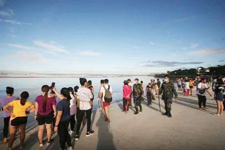 """菲律宾马尼拉湾人造""""白沙滩""""人挤人,当地警察局长被撤职"""
