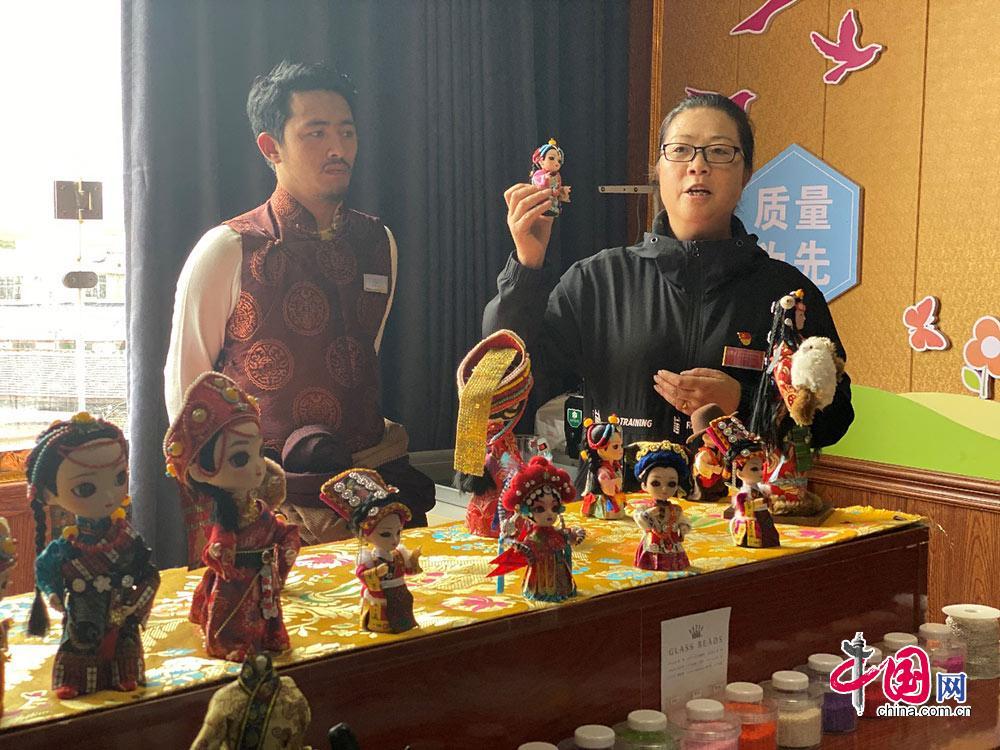 唐古镇白河社区书记张慧玲(右) 中国网记者 宋柏霖摄