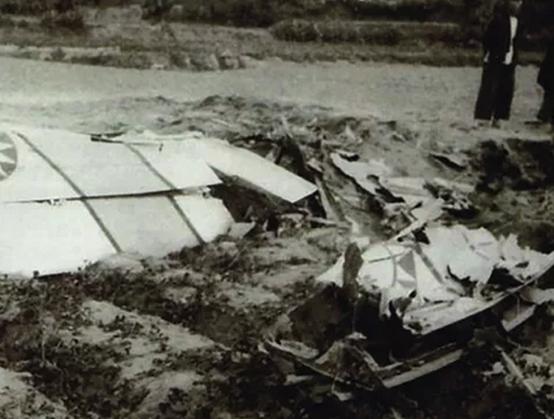 1958 年,被解放军击落的台湾空军 F—86 战斗机残骸