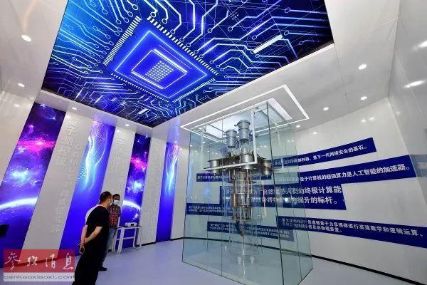 ▲资料图片:9月14日,在郑州国家高新区网络安全科技馆,观众在参观量子学习空间。(冯大鹏 摄)