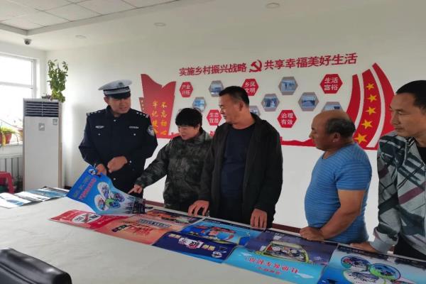 黑龙江齐齐哈尔公安民警为秋收筑起安全屏障