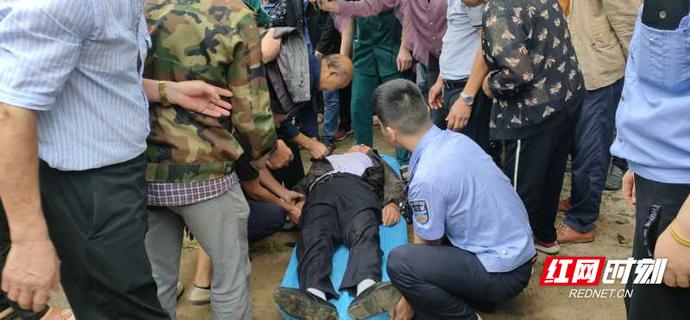 汉寿:70岁的老人惊呆了 警察和人民一起努力帮助
