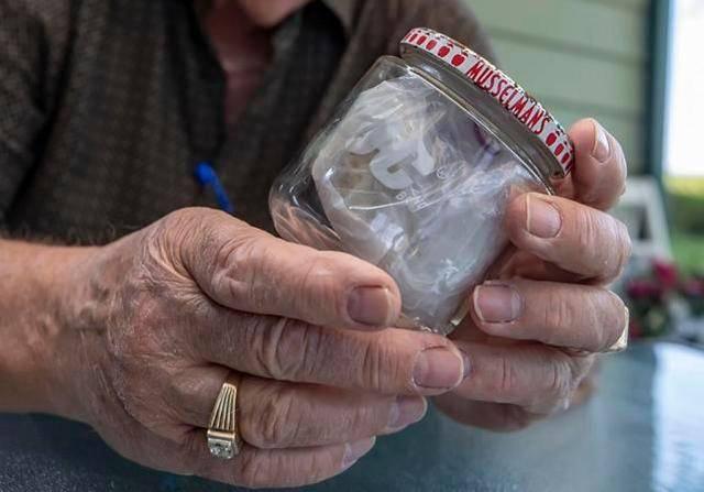 特殊纪念品:美国男子把尼克松吃了一半的三明治保存了60年