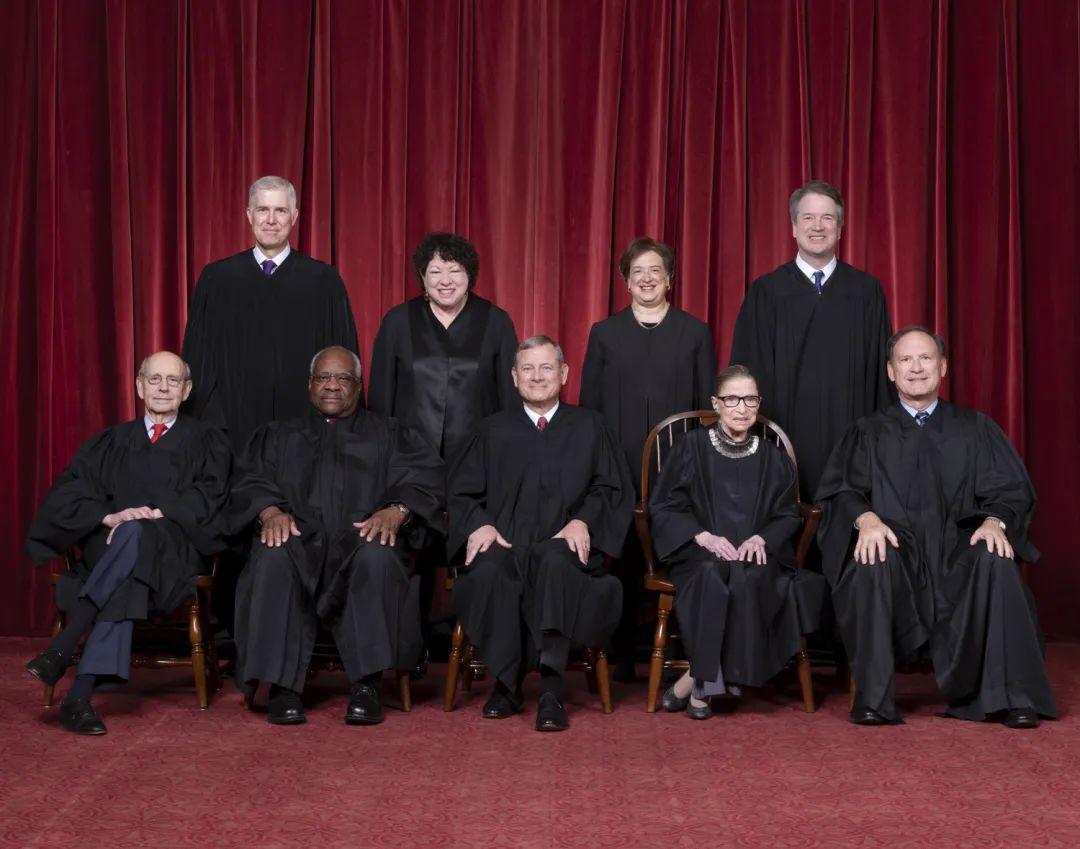 美国最高法院大法官9人此前合照,一排右二为已故的金斯伯格 图自美最高法