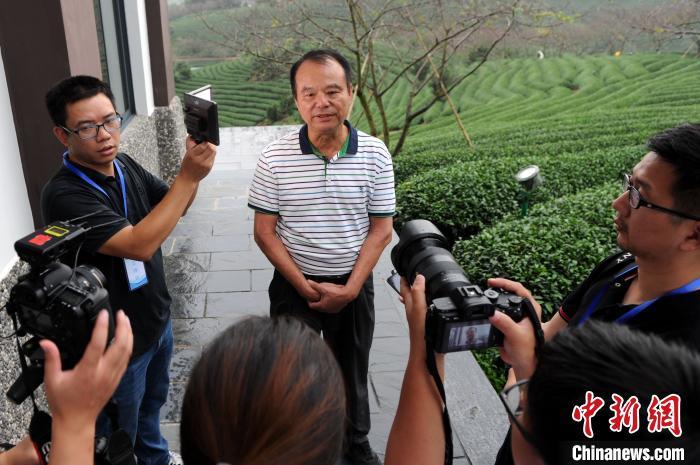 台商谢东庆在他的台品樱花茶园内担当媒体记者采访。张金川 摄