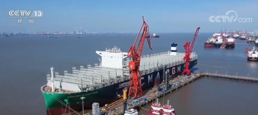 我国建造的全球首艘23000箱双燃料动力集装箱船交付图片