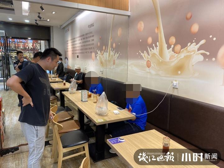 杭州一熊孩子赌气离家出走家人急疯,结果他在火车东站看了一天手机视频