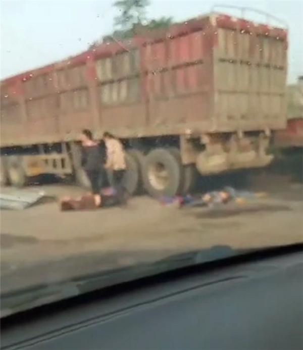 河南许昌一辆校车与一辆大卡车相撞 目击