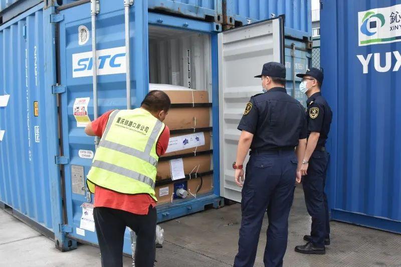渝州海关关员对转关货品实行现场检验。重庆海关供图
