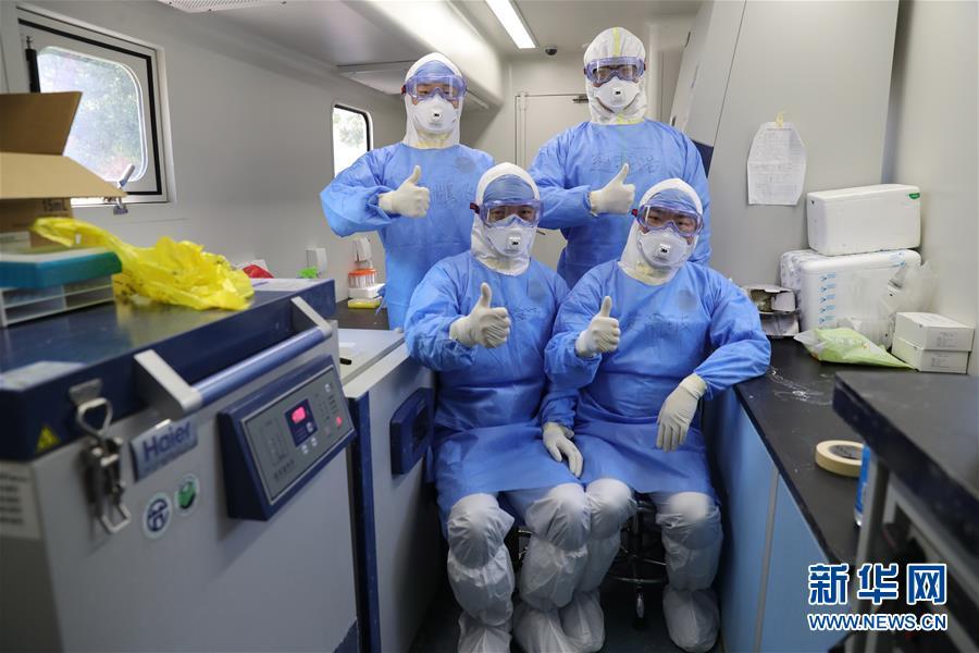 军事科学院军事医学专家构成员在实行室内为武汉加油鼓劲(5月12日摄)。新华社发(张振威 摄)