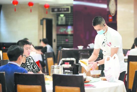 """推广公筷公勺、剩菜打包 成都人吃得""""讲究"""""""