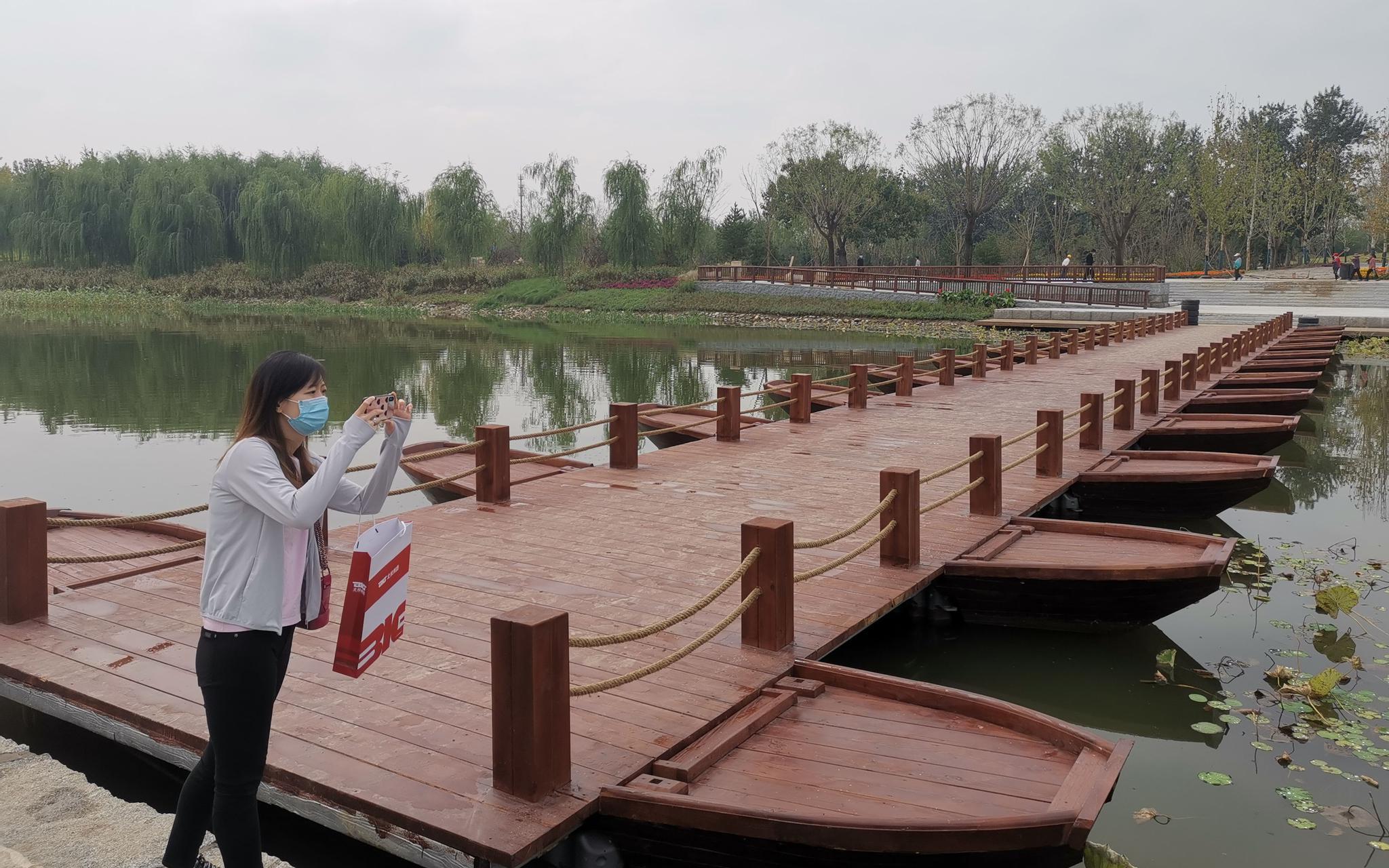 运河故道上的浮桥将给旅客带来奇怪体验。 记京报新者 张璐。 摄