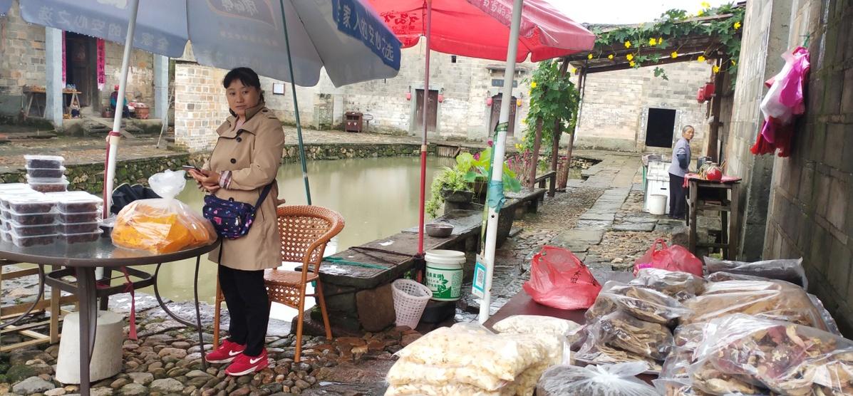 竹桥古村村民舒服的生涯(王健摄)