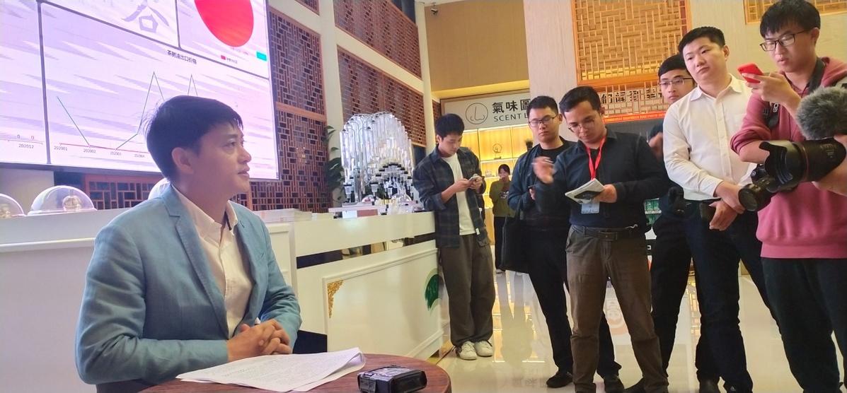 金溪县委常委、常务副县长宋小峰担当记者采访(王健摄)
