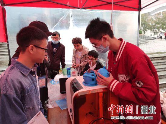 武汉科技大学酷炫科技迎新 激发新生科创热情