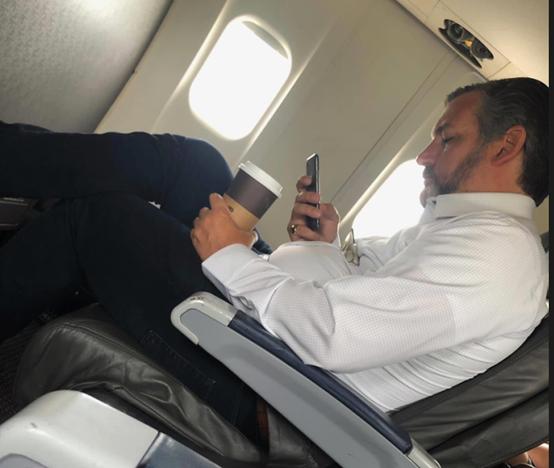 图为克鲁兹前不久被美国网民拍到坐飞机不戴口罩