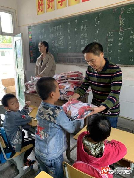广州爱心企业千里侗乡为留守儿童送校服10万余元