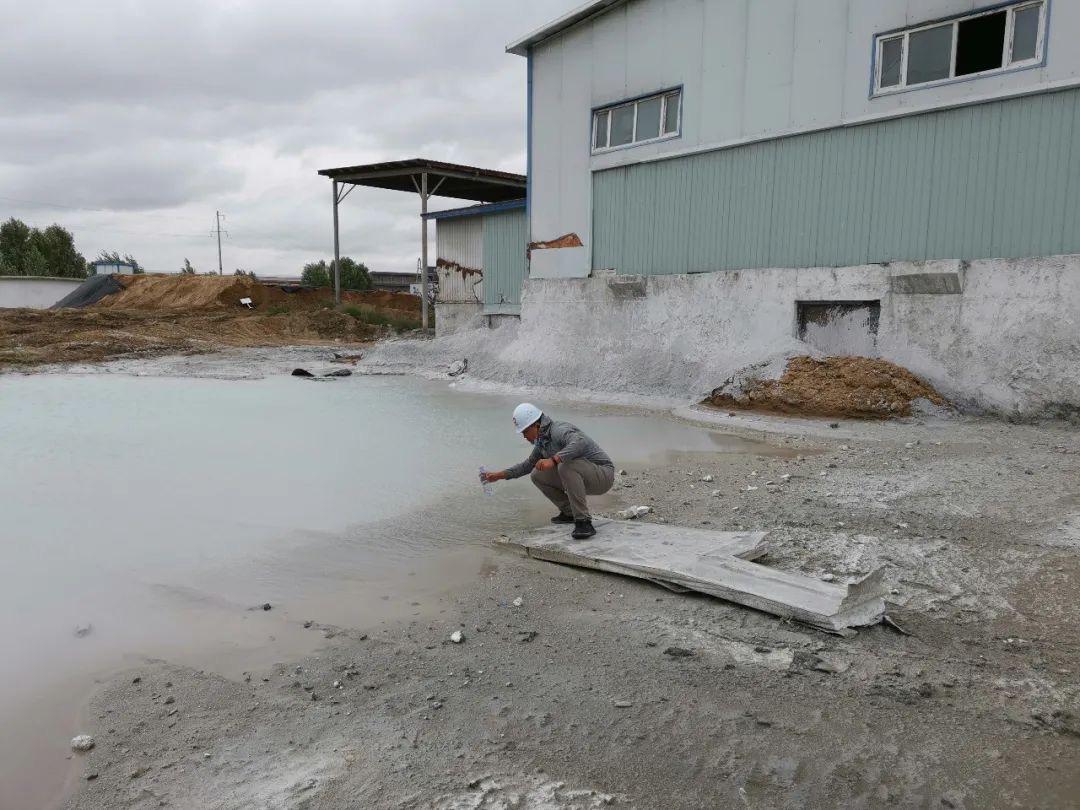 浩源水泥电石渣形成的强碱性废水坑。图片来自生态情况部