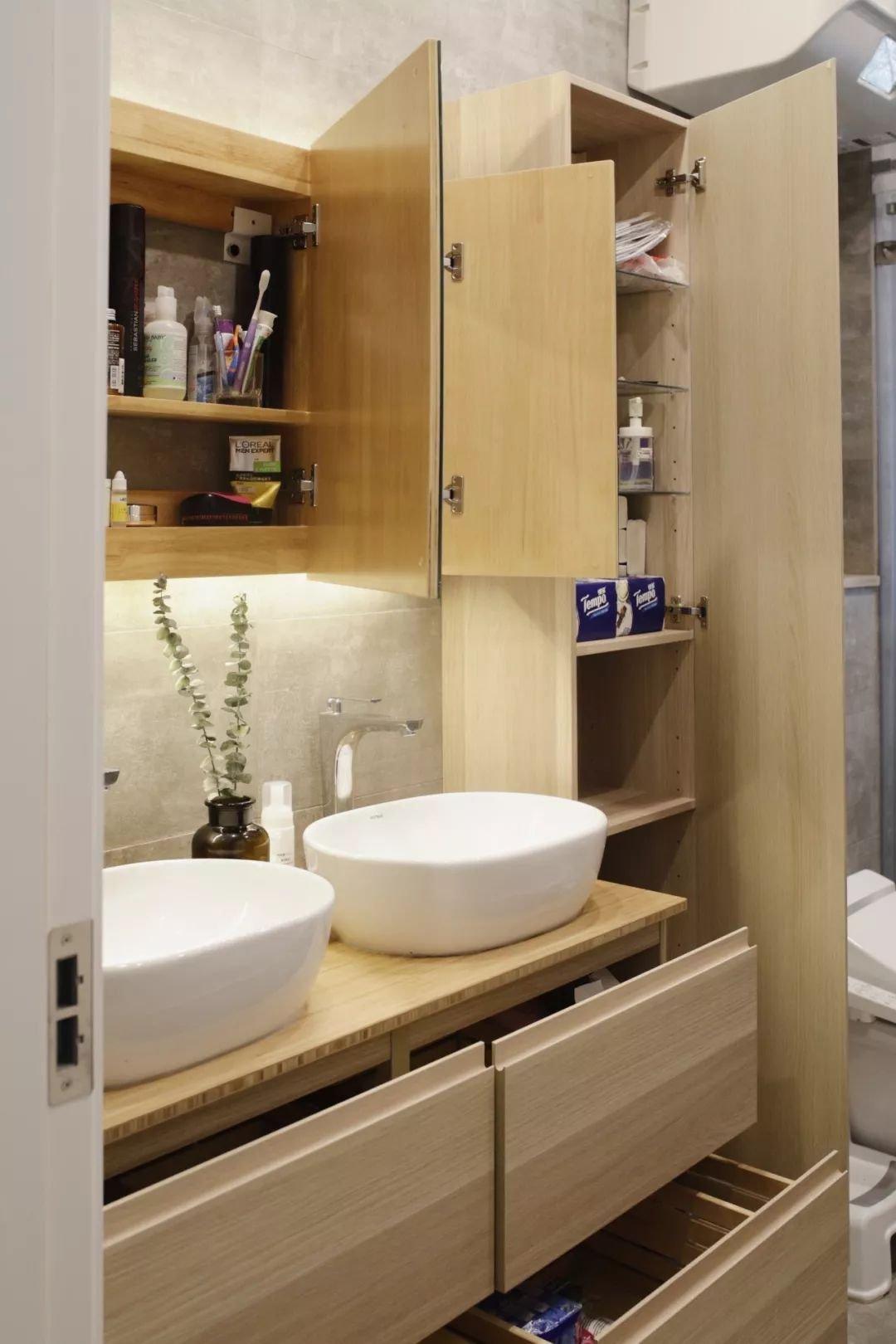 卫生间就一洗漱柜太小了 在旁边打一排高柜