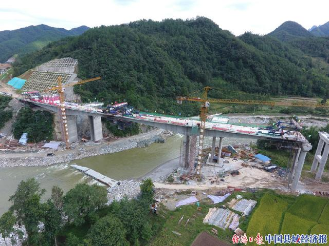 四川青川:广平高速公路第一座刚构桥顺利建成通车