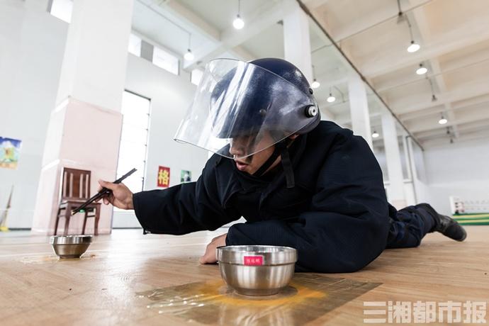 """筷子夹黄豆、穿针引线,200余名武警特战队员开展""""巅峰""""比武"""