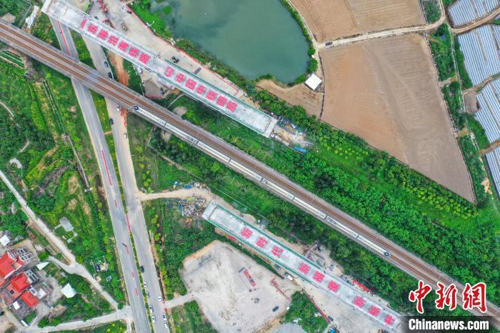 国内最大最重高铁跨铁路转体桥成功转体图片