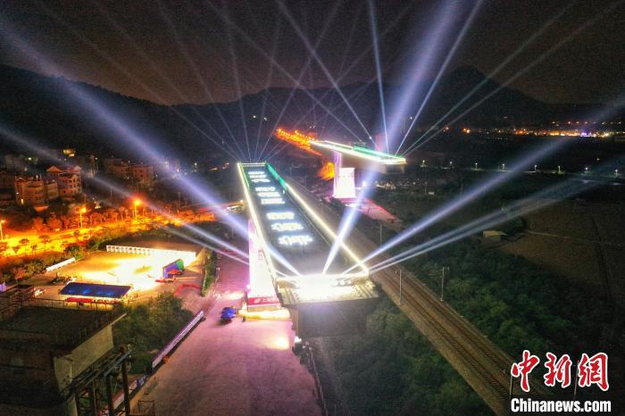 图为转体前的新建福厦铁路西溪特大桥 卢建建 摄