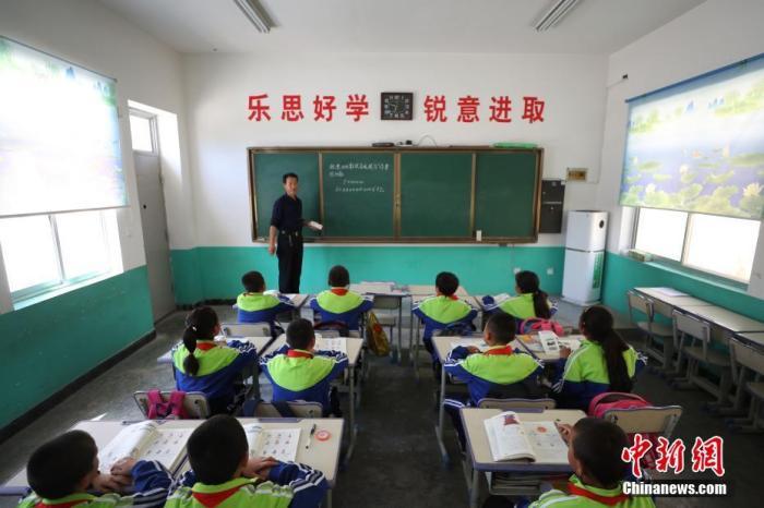 资料图:甘肃省庆阳市一学校,先生正在给门生们上课。中新社记者 于晶 摄