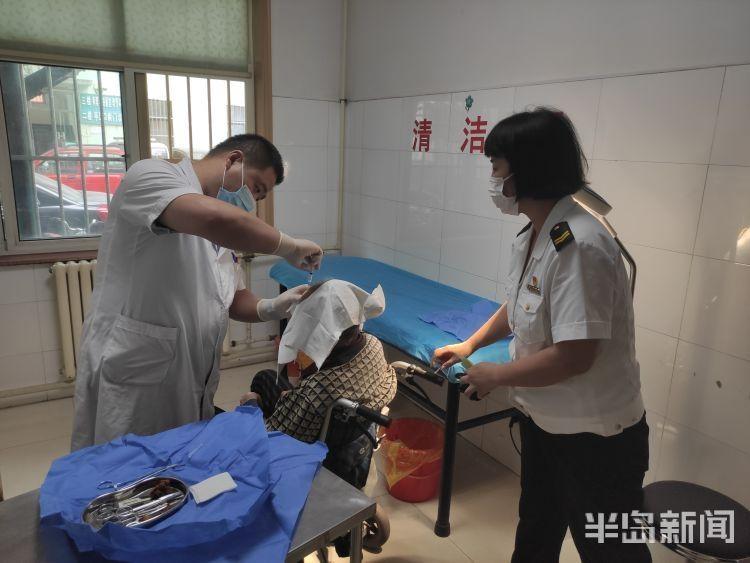 近百岁老人家中意外摔伤无人帮忙 交运温馨巴士志愿者将其送至医院