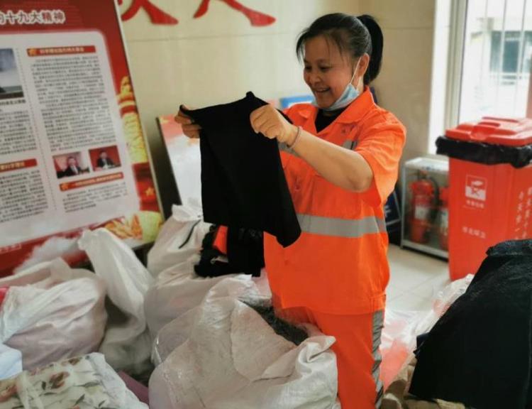 """""""暖心、有爱!""""社会爱心人士为环卫工人捐赠2000余件衣物"""