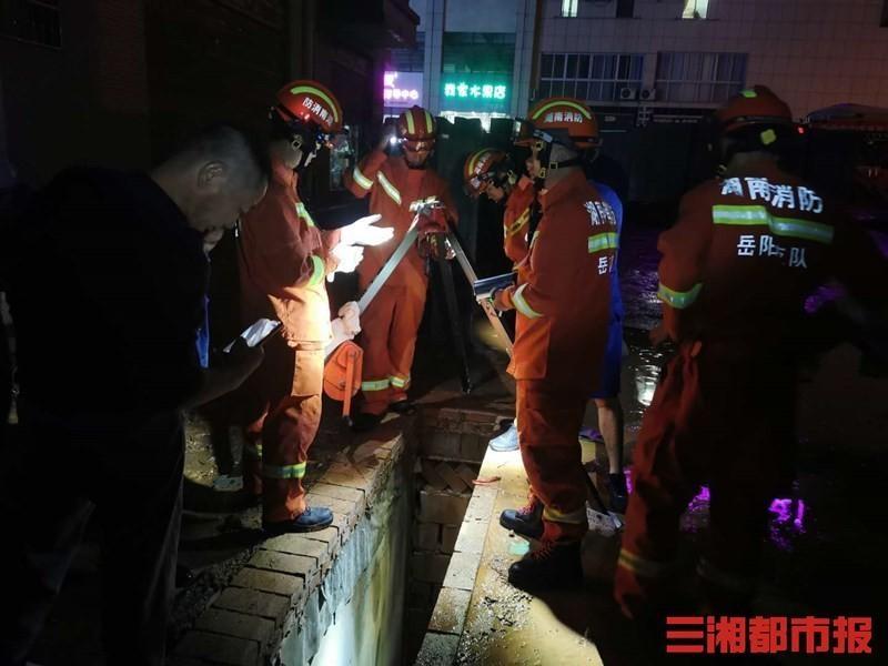 岳阳平江:女子掉进深坑,消防紧急救援