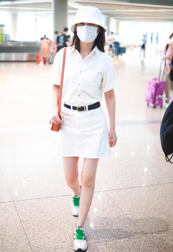 李沁身材也太好了,穿制服裙配运动鞋,活力四射看着还挺清纯的