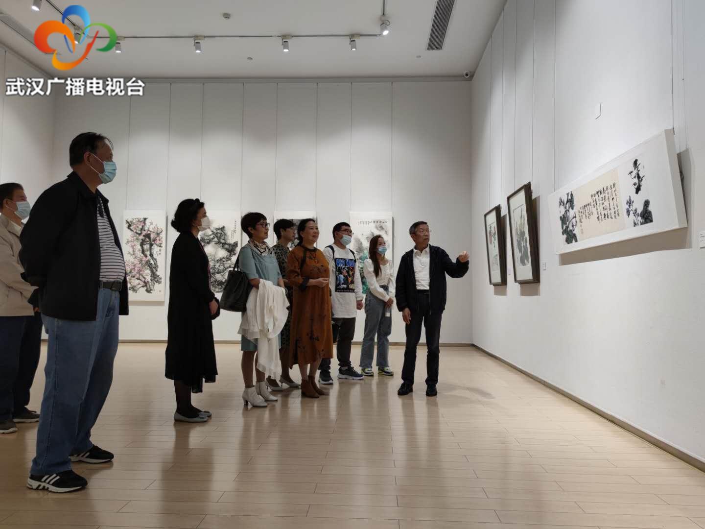 汤湖美术馆名家书画展迎双节,艺术批评家带领观众看画展
