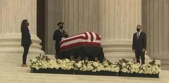 金斯伯格的灵枢被安顿在最高法院门廊处 (图源:CNN)