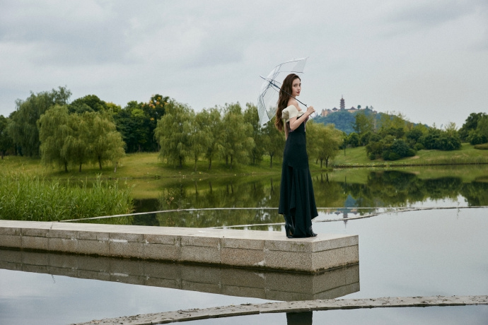 湖畔的天鹅公主!baby穿抹胸格纹裙大秀姣好身材