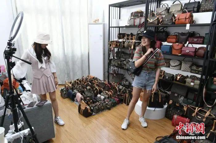 资料图:主播在店肆内通过线上直播贩卖商品。中新社记者 韩苏原 摄