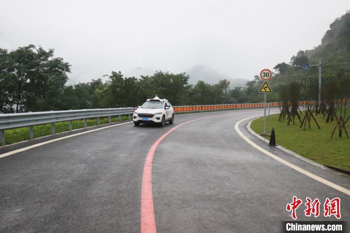 """西南地区首个""""车路协同""""试验场建成 将研究高速公路自动驾驶"""