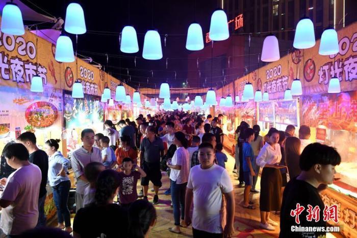 2020年9月12日,福州市闽侯县西海岸广场夜市吸引大批市民前来游逛消费。 中新社记者 王东明 摄