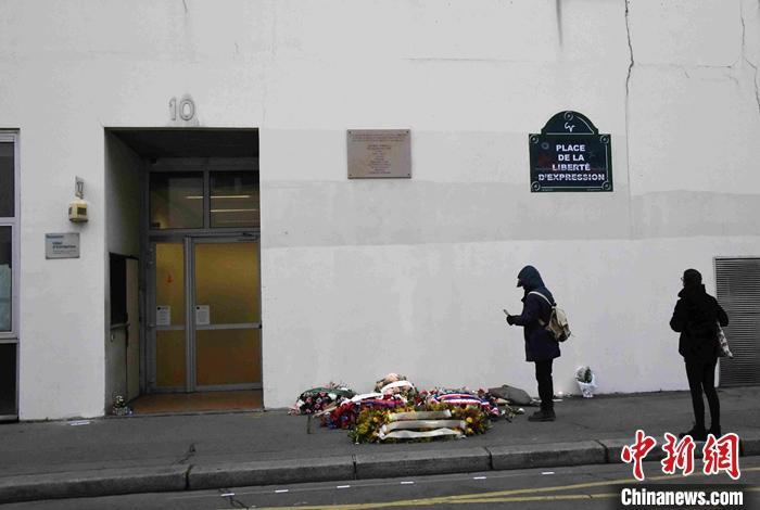 法国巴黎持刀袭击事件已致4人受伤 2名嫌犯仍在逃