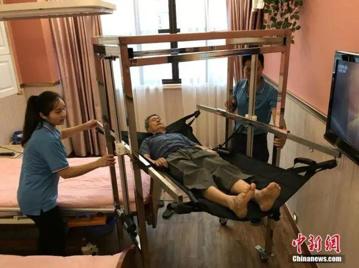 """资料图:重庆一养老办事所自立计划的一款专为失能老人办事的""""移念头""""正式投用。钟欣 摄"""