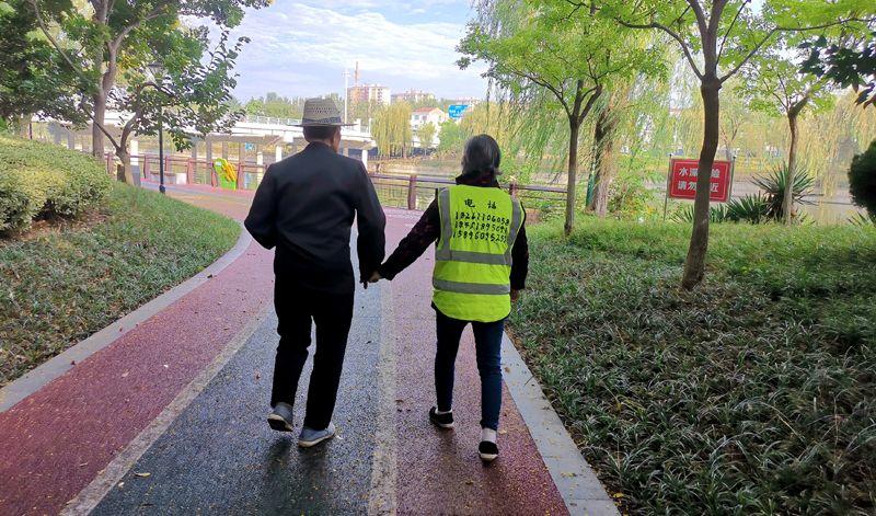 90岁的他牵着87岁妻子的手,每天到公园散步,画面太暖……