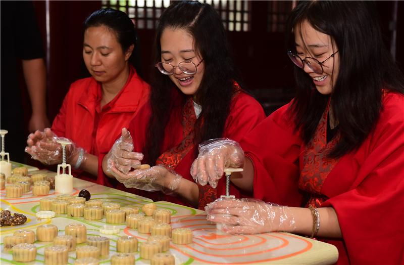 河北沧州:自制月饼 喜迎中秋