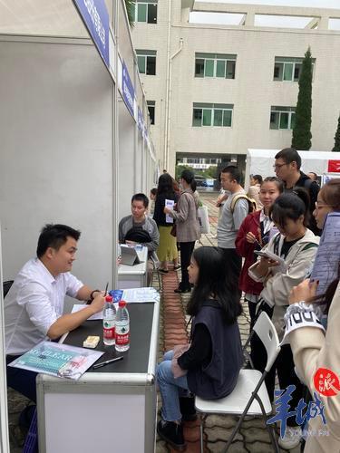东莞人社局组织33家名企赴四川高校招贤纳才